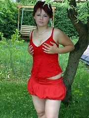 Hot plump girlie spreads her spare buns alfresco